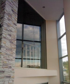 Высокие перегородки из стекла