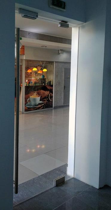 Маятниковые двери, стекляные двери, двери из стекла